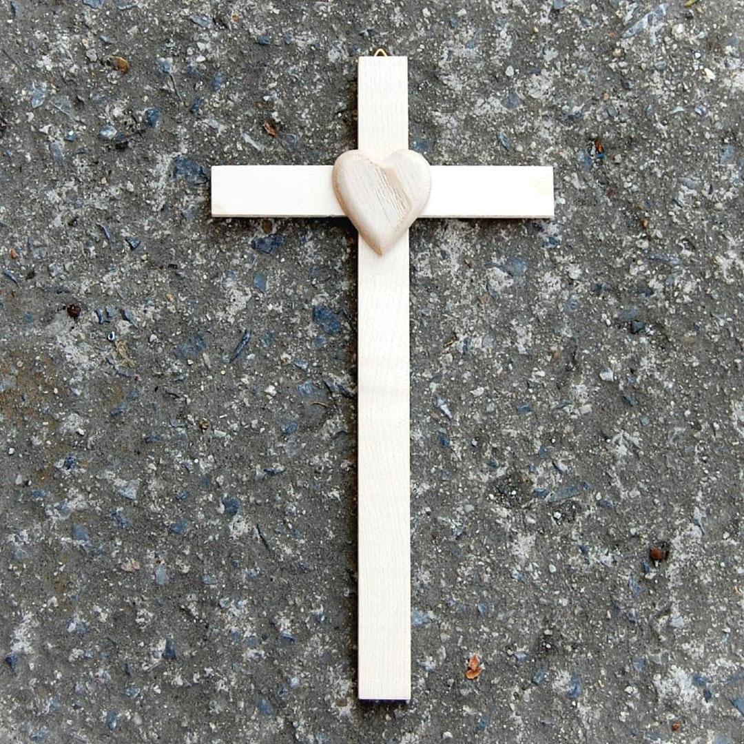 Malý Drevený krížik so Srdcom-drevený kríž-darček novomanželom-svadobný darček-narodeninový darček-krížik k narodeniu-kresťanské darčeky
