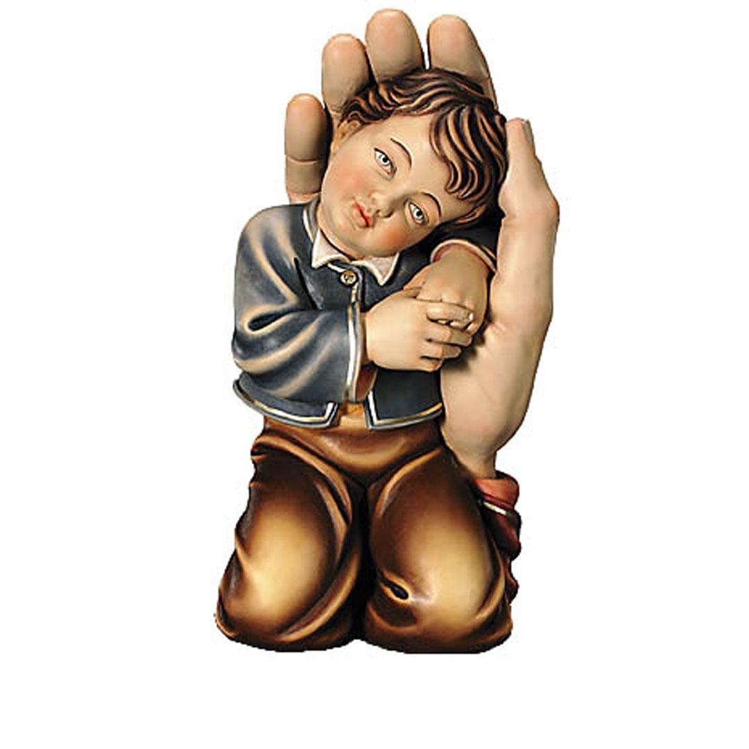 Chlapček v ochrannej dlani